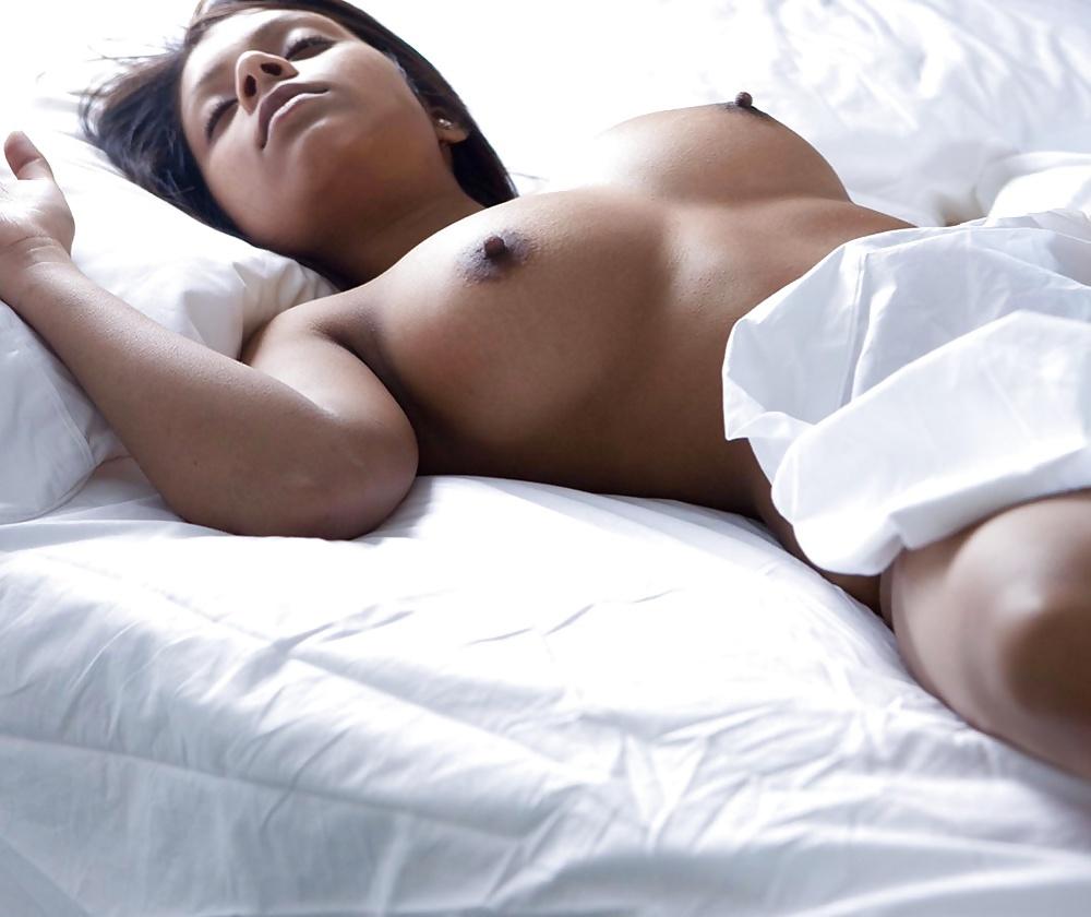 girls-videos-women-sleep-naked