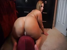 Super Pawg slow bounces on dildo